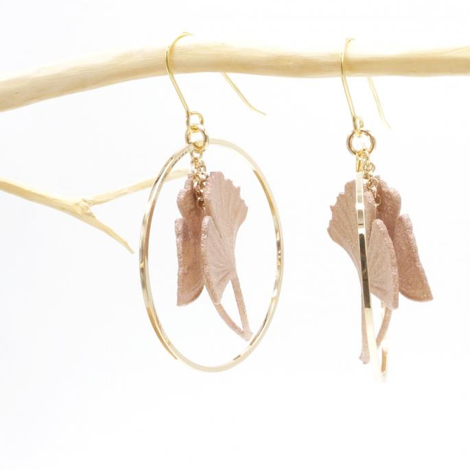 Boucles d'oreilles ginkgo nude rose poudrée petite créole dorée