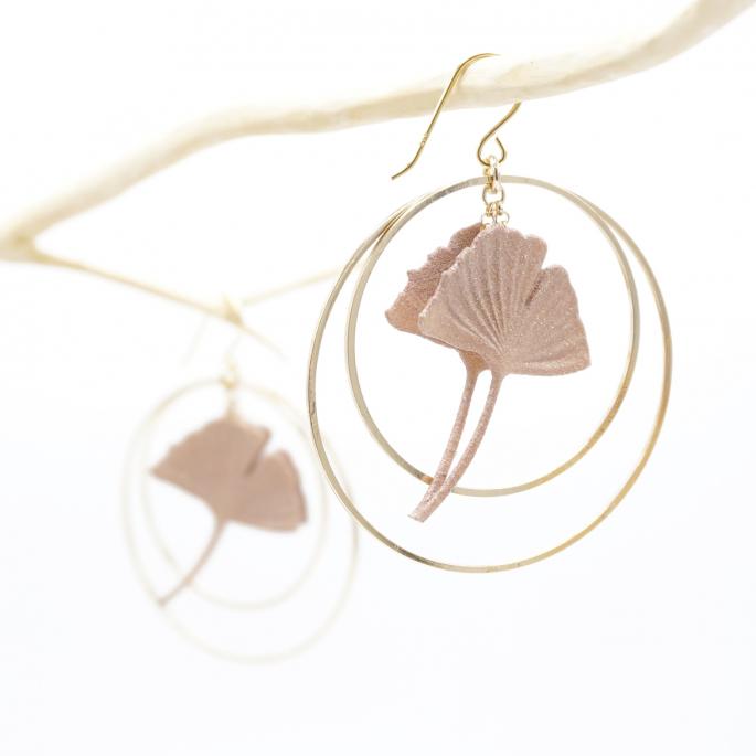Boucles d'oreilles ginkgo nude rose poudrée créoles dorées