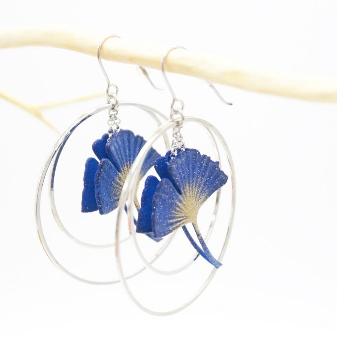Boucles d'oreilles ginkgo bleu créoles argentées