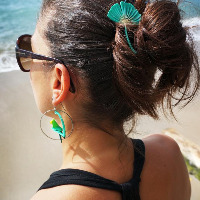 Boucle d'oreille créole argentée perroquet vert aquaé jaune