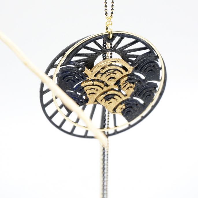 Pendentif japonais Sun Set noir chaine colorée