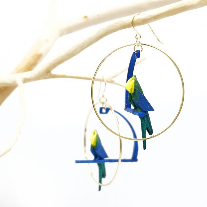Boucle d'oreille créole dorée perroquet bleu
