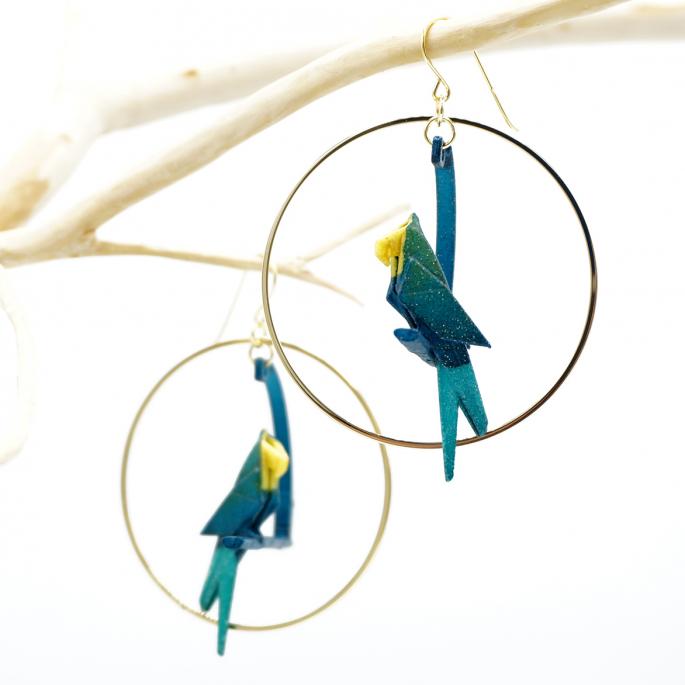 Boucle d'oreille créole dorée perroquet pétrole